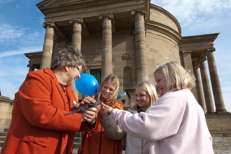 Teilnehmerinnen einer Feier in der Grabkapelle auf dem Württemberg
