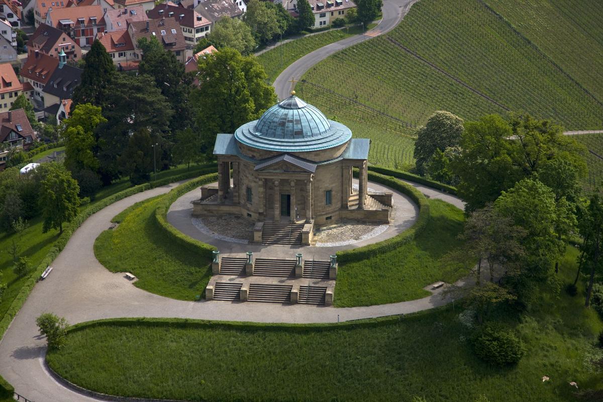 Luftaufnahme der Grabkapelle auf dem Württemberg; Foto: Staatliche Schlösser und Gärten Baden-Württemberg, Achim Mende