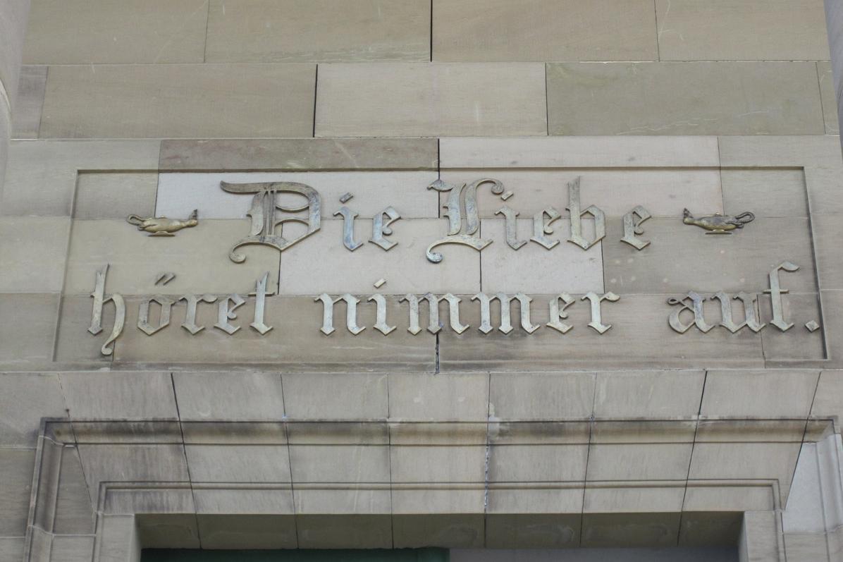 Inschrift über dem Eingang der Grabkapelle