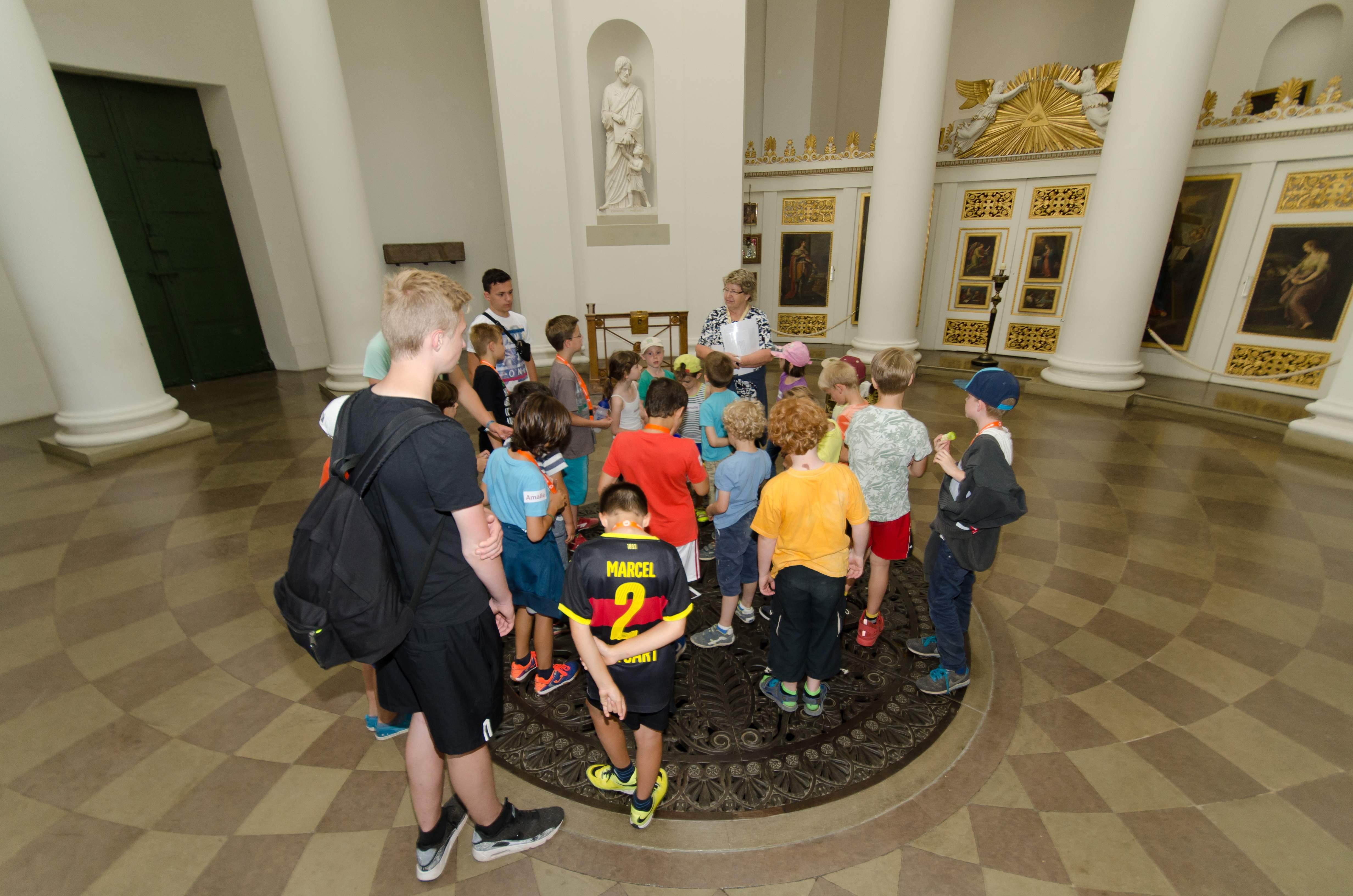 Besucher in der Grabkapelle; Foto: Staatliche Schlösser und Gärten Baden-Württemberg, Norbert Stadler