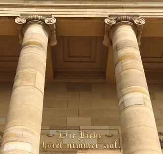 Golden inscription at the entrance to the Sepulchral Chapel on Württemberg Hill. Image: Landesmedienzentrum Baden-Württemberg, Roland Rossner