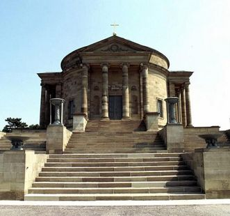 Front view of the Sepulchral Chapel on Württemberg Hill with its sweeping staircase. Image: Landesmedienzentrum Baden-Württemberg, Sven Grenzemann