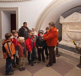 Führung für Kinder in der Grabkapelle auf dem Württemberg; Foto: Staatliche Schlösser und Gärten Baden-Württemberg, Ortsverwaltung Ludwigsburg