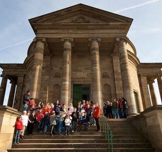 Schulklasse vor der Grabkapelle; Foto: Staatliche Schlösser und Gärten Baden-Württemberg, Ortsverwaltung Ludwigsburg